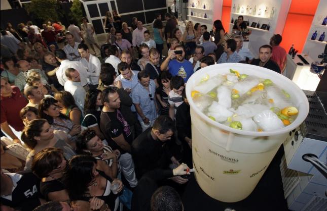 este es el regalo de forokeys para todos los amigos del foro-http://www.lovevalencia.com/wp-content/uploads/2011/09/gintonic-mas-grande-del-mundo.jpg