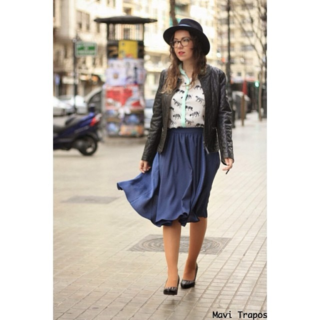 Hello! Tenemos nuevo look en el blog! #EsTendencias: falda midi ¡espero que os guste! #mavitrapos #lifestyle #blogger #blog #look #ootd #me #girl #streetstyle #falda #skirt #midi #azul #blue #negro #black #hat #sombrero #instafashion #fashionvalencia