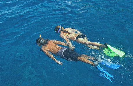 Snorkeling_Couple_01_672x352!