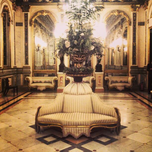 #fiesta #aristocrática #aristócrata #nobleza #marques  #marquesdedosaguas #duque #salon #dalondefiestas #valencia #lovevalencia #lamparas #espejo #mirrow  #céntrico #sala #salondebaile #baile