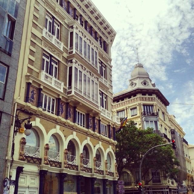 #RinconesdeValencia: Calle de la paz con Plaza de la Reina.  #edificiossingulares #igersvalencia #Valenciaesbonitalamirespordondelamires #miciudad #lovevalencia #valencia