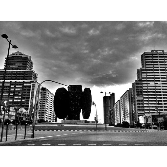 #Valencia #valenciagram #igersvalencia #valenciaenamora #valenciagrafias #building #architecture #art #street #places #city #instacity #ig_europe #ig_spain #estaes_europa #estaes_espania #estaes_valencia #lovevalencia #golpedsuerte #sky #clouds #cloudporn #skyline #blackandwhite #bw