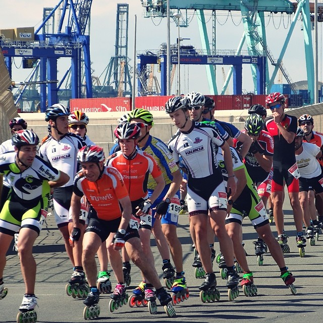 15 patinada popular Valencia. Treball en equip en la marató. Creuant el pont giratori del port de València.