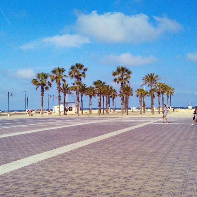 Ayer en la playa... #tardedeplaya #palmeras #playadelasarenas #calor #lovevalencia
