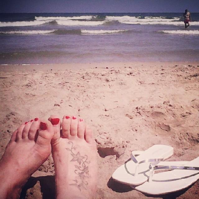 #valenciagram #valenciaturismo #lovevalencia #portsaplaya #playa #mediterraneo #mar #tatuaje #tattoo #pies #sandalia #chanclas