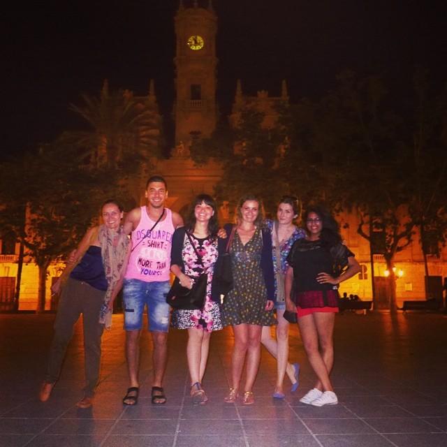 Cosa c fanno una tedesca,una russa,un bulgaro,due italiane e una egiziana/irlandese in una piazza?!?! #photo#valencia#valenciana#lovevalencia#love#ayuntamiento#centro#cinema#instagragic#instagood#intereuropa#igersvalencia#follow#followback
