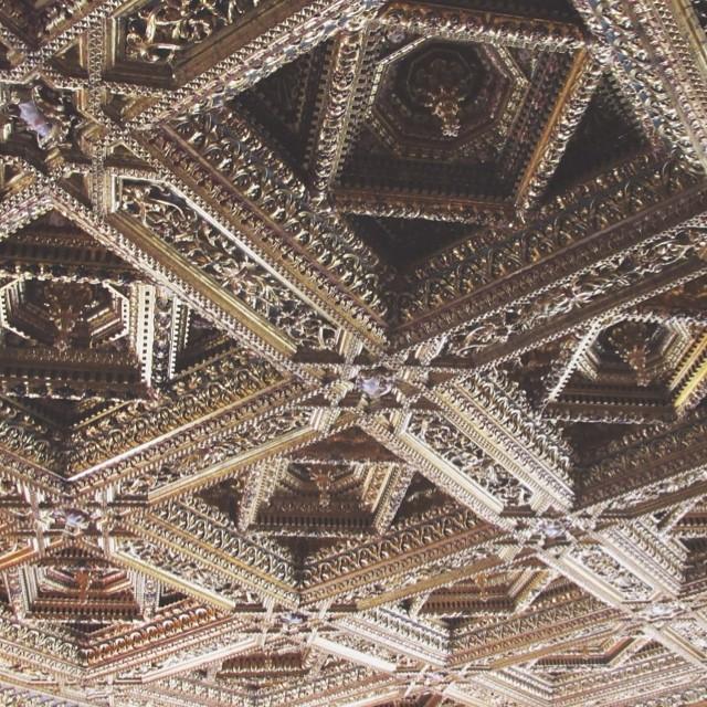 Últimamente subo muchas fotos sobre techos, por algo será imagino. De este techo puedo deciros un poquito más: 1.Como los otros también está en Valencia. 2.En el Palau de la Generalitat. 3.Está recubierto de oro traído de América.