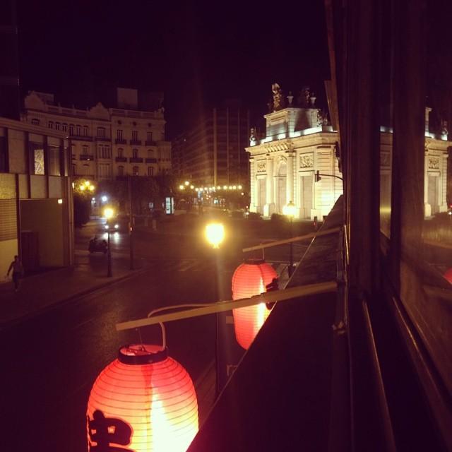 Puerta del mar de noche #valencia#valenciagram#valenciaenamora#lovevalencia#vlc#love#espana#estupendo#fotoes#panorama#regram#ciudad#centro#cena#japones#follow#followback#never#forget