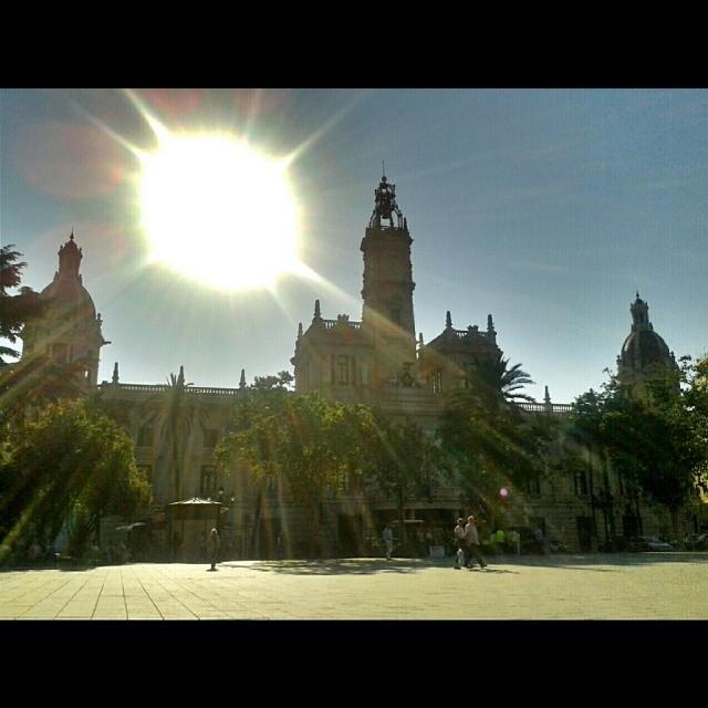 Silueta #Valencia #valenciaenamora #valenciagram #igersvalencia #valenciagrafias #building #architecture #art #street #places #city #instacity #ig_europe #ig_spain #estaes_europa #estaes_espania #estaes_valencia #lovevalencia #skyline #golpedsuerte #spain #ayuntamiento #fotomovil_es #turisbrand #worldwide_shot #ig_falcon #sun
