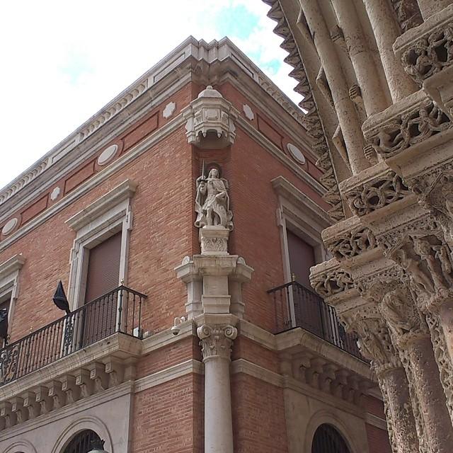 Paisaje veneciano pero en #Valencia - #Venetian #landscape but in Valencia #cathedral #bishop #palace #valenciagram #valenciagrafias #igworldclub #igersvalencia #igersvlc #instamoments #instagramersgallery #lovevalencia #estaes_valencia #gothic #travel #travelgram #travelpics