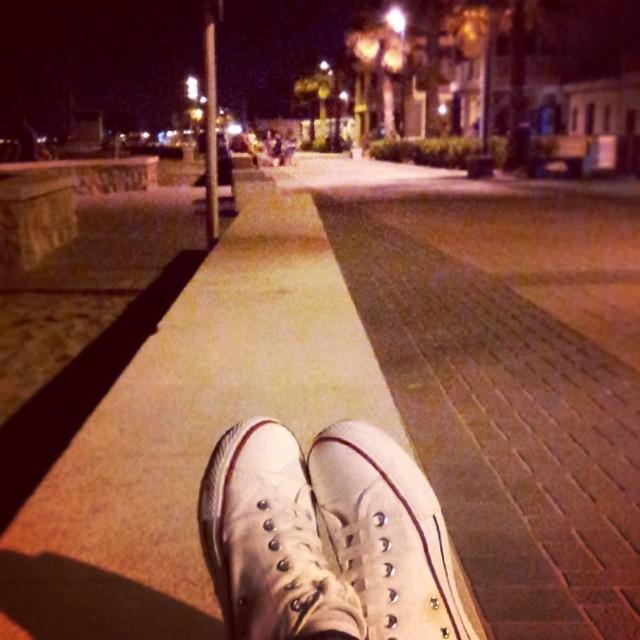 El mar detrás de ti, esta vez es de verdad #trainers #beach #summer #night #sea #landscape #relax #walk #converse #ig_europe #ig_valencia #igsnapshots #ig_worldclub #ig_spain #igersvalencia #lovevalencia #capture #focus #turisbrand #fotomovil_es #worldwide_shot #10likes #me