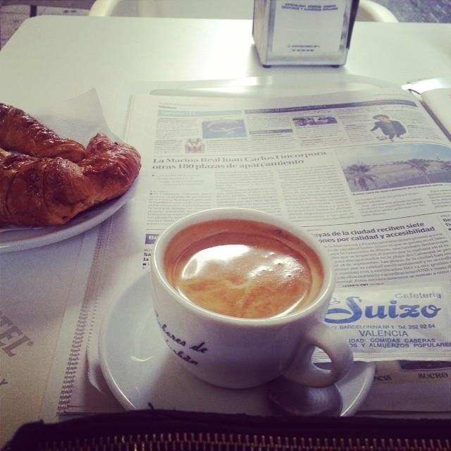 Cruasán,café con leche y Levante #levante#periodico#valencia#hábitos#love#routine#lovevalencia#suizo#calle#barcelonina#ayuntamiento#valencia#best#bar#mejor#follow#followback