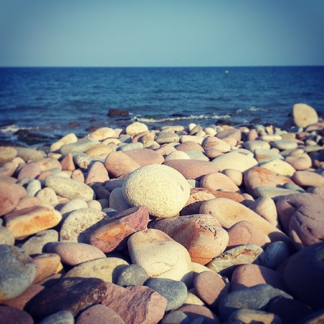 Cuando suba la marea #landscape #summer #paradise #beach #stones #mediterranean #sea #valencia #skyline #nature #colors #instaplaces #instalike #sunset #igersvalencia #ig_italia #ig_worldclub #ig_europe #perfectshot #igsnapshots #ig_spain #estaes_valencia #estaes_espania #loves_valencia #lovevalencia #androidgraphy #fotomovil_es #worldwide_shot #turisbrand #10likes