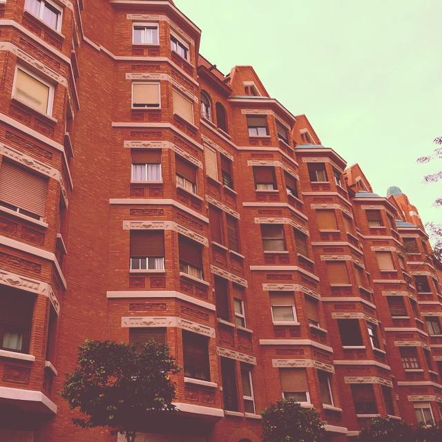 Finca Roja  #callemarvá #valenciacapital #valencia #comunitatvalenciana #cv #iPhoto #elmundoderasputón #naranjos #rojo #red #balcones #style #architecture #buildings #clásicos #naranjos #orangetree #oranges #lovevalencia #che