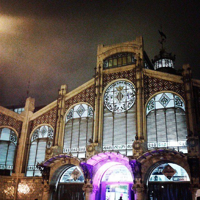 El Mercado Central es bello a cualquier hora del día.  #esasi #valencia #igersValencia #Valenciaesbonitalamirespordondelamires #lovevalencia #ilovevalencia #vlc #mercatcentral #mercados #nights #nightpic #noches #artnouveau #artdeco #modernismo