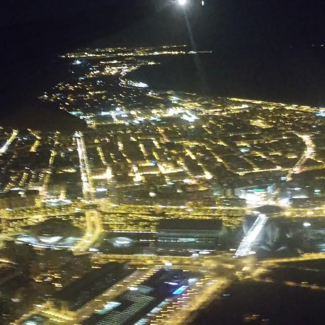 Valencia desde el aire. Se puede ver la ciudad de las artes y de las ciencias.  #valencia #valenciagram #valenciacity #valenciadesdeelaire #plane #flight #night #lights #nofilter