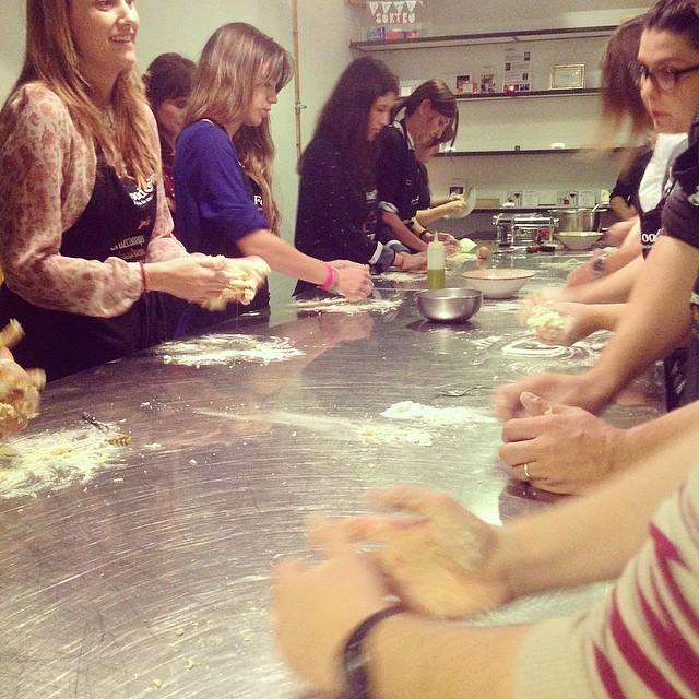 [ Cursos de cocina Food&Fun ]  Empezamos amasando la pasta fresca! Después toca rellenarla de setas y preparar la salsa, el entrante y el postre, antes de sentarte a cenar.  #foodandfun #foodandfunvlc #cocinarconamigosesmasdivertido #CocinadelMundoFoodandFun #DavideyNicolaenFoodandFun #cursosdecocina #cursosdecocinaValencia #Valencia #LoveValencia