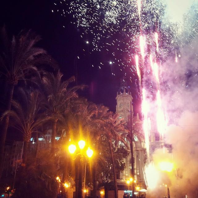 #noche #plaza #ayuntamiento #valencia  #fuegos #igersvalencia #colorful #valenciagrafias #spain #lovevalencia #envalencia #enjoyvalencia #followvalencia