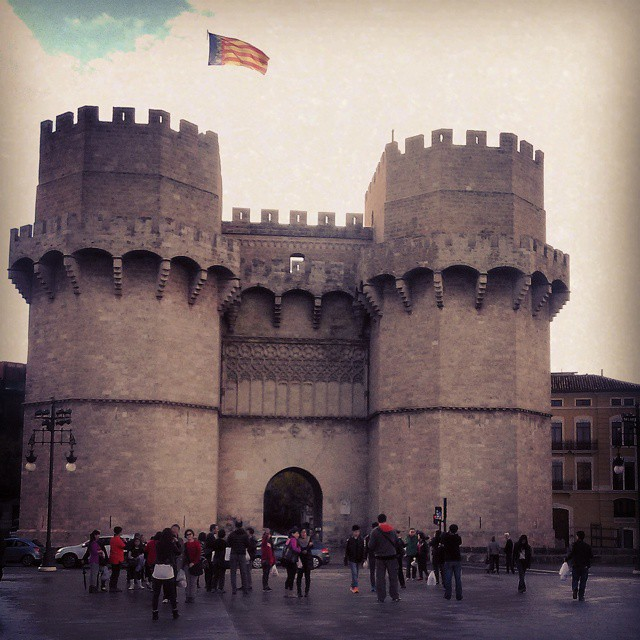 TORRES DE SERRANOS.  Nadie se resiste a hacerse fotos delante de ellas... #valencia #valenciagram #valenciagrafias #valenciaig #estaes_valencia #loves_valencia #paísvalencià #igersvalencia #ig_valencia #valenciaterraimar #loves_architecture #historia #ptk_architecture #archilovers #architectonics_world #loves_europe #instantes_fotograficos #theworld_thru_youreyes #wonderful_places #lovevalencia #architecture_best #buildinglovers #torresdeserranos