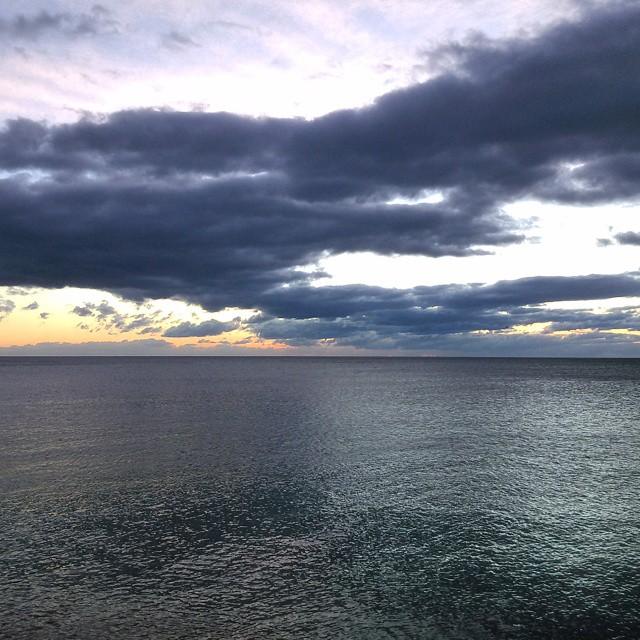 Estar 2 y pico frente al mar pasando frío con el viento que hace merece la pena solo con ver nacer el sol tras el horizonte.