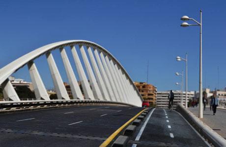 carril bici en el puente de la exposición