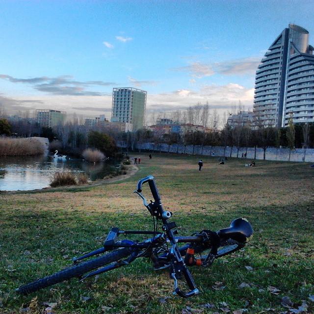 """mi bici """"bonita"""" chatarrera y yo descansando en mi día libre!!"""