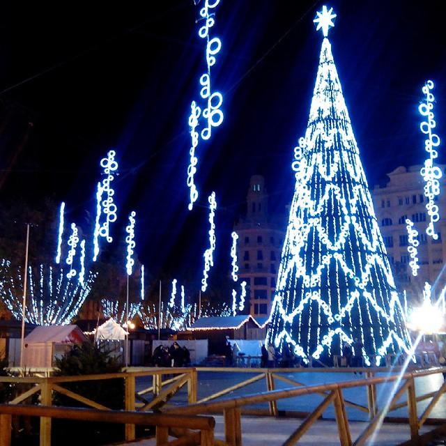#Lovevalencia #fotomovil #valenciagram #valencia #valenciaturismo #arboldenavidad #navidad #noche #luces