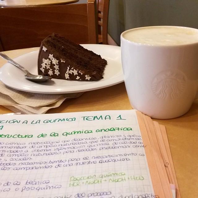 Non poterne veramente più. #studio #chimica #quimica #chemistry #morning #farmacia #goodmorning #giornatadistudio #buenosdía #breakfast #lovevalencia #colazionetime #lovebreakfast #dieta #ilmioerasmus #dessert #delicious #tarta #chocolatecake #torta #starbucks #chailatte #caffè #mug #examenes #sessioneinvernale #vogliomorire #lamorte #mangiamocisu