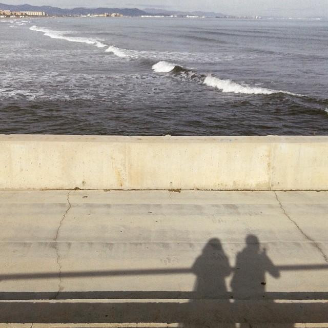 Sombra aqui sombra allá @artgask #playamalvarrosa #valencia #amigos