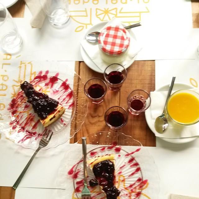 Como terminar una buena comida en muy buena compañía! #comida #pranzetto #amigas #amiche #friendsdate #lunch #pranzo #lovevalencia #healthy #healthylunch #vegan #vegetarianfood #vegetarianmeal #cucinavegana #cibosano #verduras #chiacchere #ilmioerasmus #dolcino #happyday #cheesecake #mousse #mango #dulce #vinodulce #felicidad