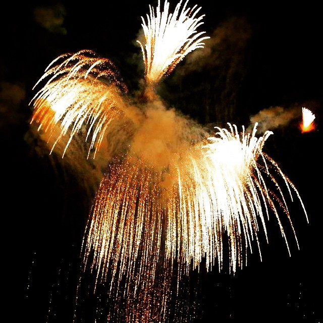 #waterfall #gold #light  #fire #fireworks #fuegosartificiales #followvalencia #lovevalencia  #fallas #abstract #lighting #canon6d #nightphotography #night #ludwigfilter #golden #valenciagram #valenciaenamora #valenciacity