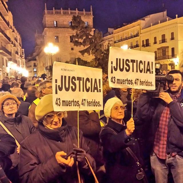 Son un ejemplo de compromiso y lucha por la dignidad. Se cumplen 100 concentraciones con la Asociación de Víctimas del Metro de Valencia, como cada día 3, exigiendo respuestas. Un nuevo Consell socialista reparará tanto sufrimiento y reabrirá la investigación en 2015 #0responsables #el3todosalaplaza #el3totsalaplaça #Valencia #València #Justicia #Dignidad #MetroValencia #AlcaldeCalabuig #CalabuigAlcalde #igersValencia #igersvalencians #welovevalencia #loveValencia