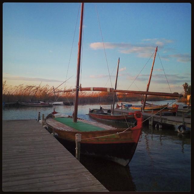Barcas en la Albufera #valenciaturismo #valenciaenamora #valencia #valenciaterraimar #valenciamola #valenciagram #turismovalencia #ig_europe #igersvalencia #igerscomunitat #ig_spain #comunitatvalenciana #lovevalencia #water #ship #barcas #sunset #atardecer #like4like #levante #inspiration #picoftheday #photooftheday #albufera #elpalmar #instamood #instaclouds #clouds #spain