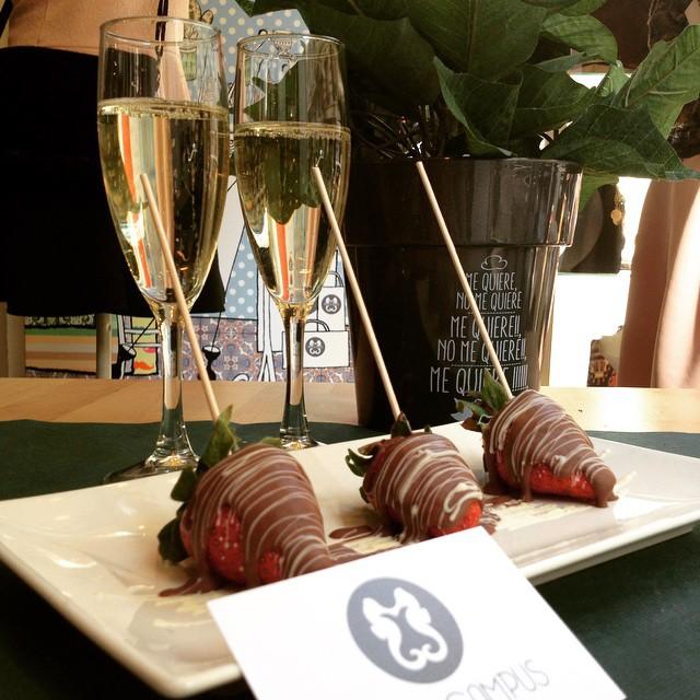 En la semana del amor nosotros también queremos hacer un regalo a todas las parejas enamoradas. ¡Sí, sí, venid a #hippocampuscalencia y con vuestra consumición os regalamos estos ricos fresones bañados en chocolate y un par de copas de cava para brindar por el amor! #amor #love #free #gratis #fresasconnata #fresasconchocolate #strawberry #cava #champagne #sanvalentin #saintvalentinesday #enamorados #inlove #pareja #novios #valencia #centrovalencia #colon #granviavalencia #fashion #beauty #moda #shopping #planning #goingout #planvalencia #lovevalencia #loveinvalencia