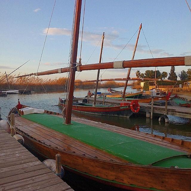 Barcas valencianas. Valencian spanish boats #albufera #elpalmar #estoesvalencia #valenciaturismo #valenciaenamora #valencia #valenciaterraimar #valenciamola #valenciagram #ig_europe #igersvalencia #igerscomunitat #ig_spain #spain #comunitatvalenciana #like4like #sunset #boat #boats #dorne #lovevalencia #instamood #inspiration #instacool #water #fish #turismovalencia