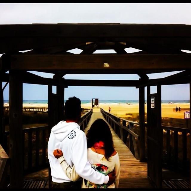 Contigo la vida mola !!!! En agosto con sudadera !!!!! #tarifa #viento #love #playa #wind #frio #pukkas #sudadera #lovelycouple #love #lovevalencia #amor #ytalyquepumba #yes #sun