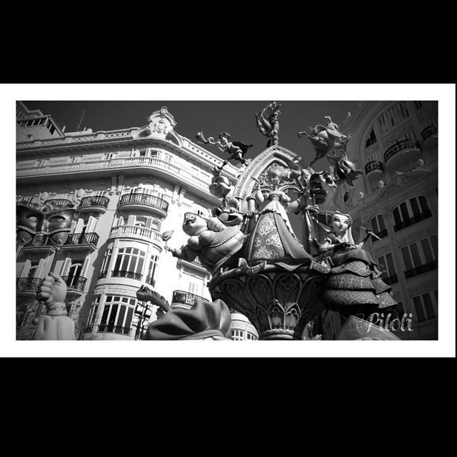 #valenciaenfallas #valencia #elcaloretfalleret #blancoynegro #monumento #lovevalencia #beautiful #artistas #cultura #Paseando #landscape #arte