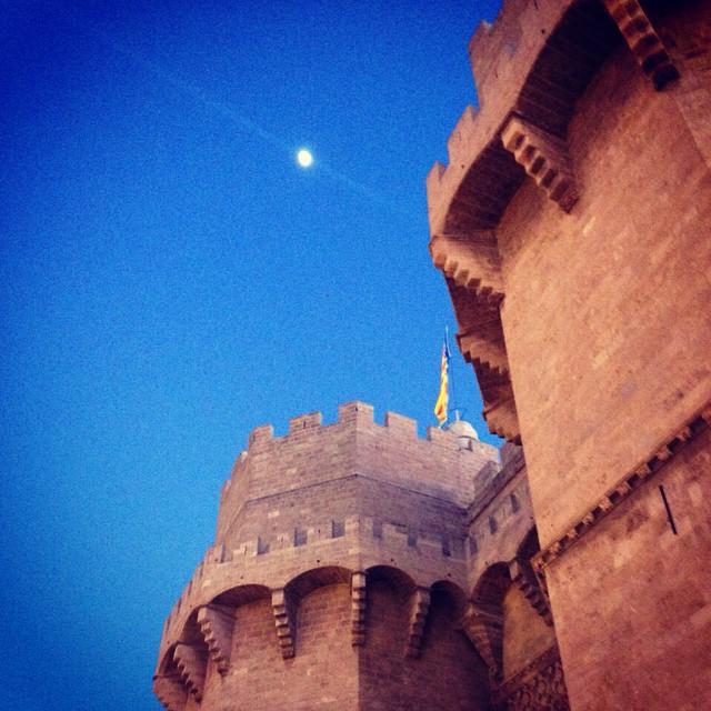 La luna de Valencia! Que ganitas de estar unos días allí. Qué ganas de verlas mis chicas!! @bellegb88 @sweet_canita @ruthemp @paulaspat @difera26 y @memelovesthai gracias por la foto! #valencia #lunadevalencia #moon #torresdeserrano #towers #friends #missing #lovevalencia