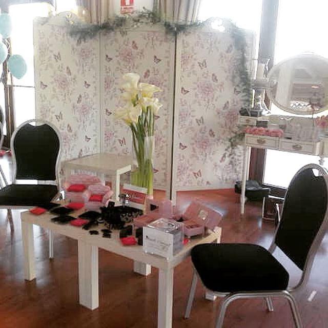 "Nuestro stand para la jornada ""Cásate Conmigo"" de mañana ya está listo! Gracias a @floralqueria por la decoración!! Nos encanta!! Mañana a disfrutar junto a la Albufera en el #NouRacò con @mypersonalevent  Can't wait!! #bodasnet #bodas #alianzas #anillos #Albufera #mechiflaValencia #loveValencia #love #WeddingDay #weddingideas #diamantes #gold"