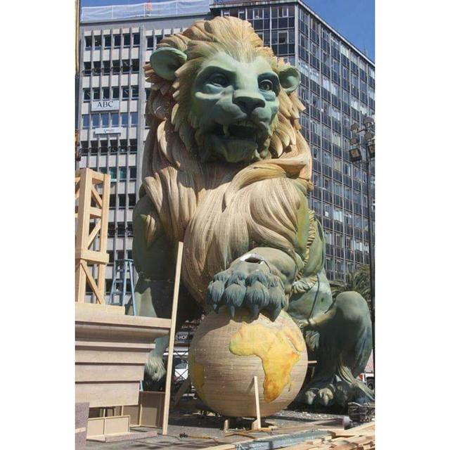 Falla plaza del ayuntamiento, impresionante monumento de 22metros, ganas de verla terminada.