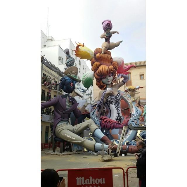 Falla del Pilar, a pesar de la estrechez de la plaza el monumento siempre es impresionante
