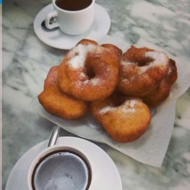 S U N D A Y .Desayuno. Ahora si.¡Ya estem en falles!#fallas2015 #brefast #marzo #enjoy #valenciacity #valenciacentro #happy #buñuelos #chocolate#photooftheday #domingo #enjoy #instapic #instagood #instastyle #cake #instadaily #cool #love #lovevalencia.#valenciaenamora.