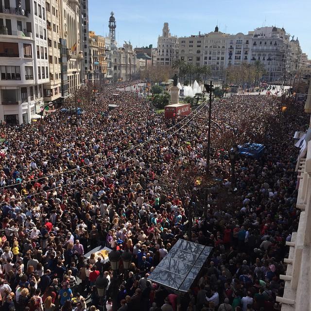 Locura!!! Para 10 minutos la que se lía!!! #valencia #fallas #fallas15 esto es muy grande #lovevalencia
