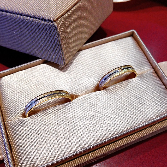 Alianzas de oro que sellan el comienzo de otra aventura. ¿Qué os parecen? ¿Veis lo que lleva de especial la de la novia? #oro #alianzas #bodas #bodasnet #instapic #instaboda #instagrammers #wedding #weddingplannervalencia #WeddingDay #diamantes #diamonds #forever #loveValencia