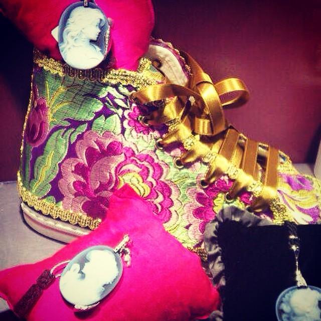 Deportivas falleras de @alacucamacuca en el escaparate secreto de @joyeriabiendicho con camafeos para completar la indumentaria. Welcome Fallas!! #Fallas2015 #Falles2015 #fashion #converse #camafeos #instafallas #indumentariafallera #loveValencia