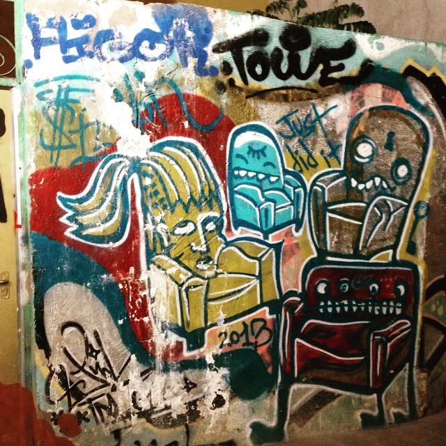 Habitar en colores. #lectura #igersvalencia #art #arte #urbanart #loveart #lovevalencia #graffiti #streetart #instagram #valencia #centrohistorico #muro #wall #reading