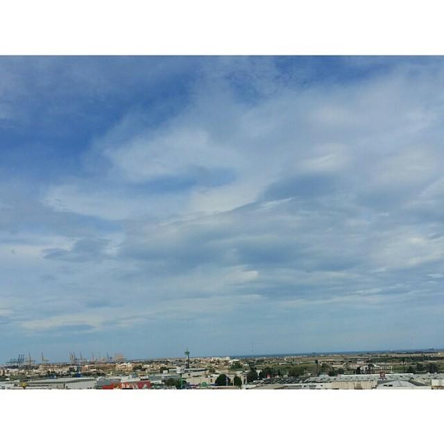 Espero que estemos celebrando el día del trabajador a la bartola ???????????? En el cielo de Valencia las nubes se estiran y retuercen al ritmo de una temperatura veraniega... y el azul, sin filtros, ocupa en mil tonos hasta donde alcanza la vista. Sigamos con nuestros quehaceres bartoriles. ???????????? #valenciagram #lovevalencia #cieloazul #comomisojos #casicasi