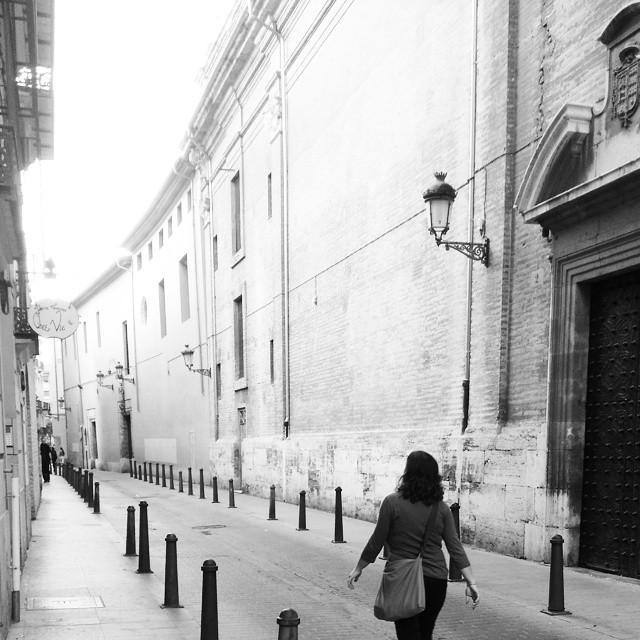 Carrer Trinquet de Cavallers #calle #bolardos #carrertrinquetdecavaller #ciutatvella #centrociudad #centreciutat #distritodelmar #valenciagram #valencia #blancoynegro #byn #Paseo #pasear #passejant #2015 #igersvalencia #lovevalencia #instaphoto