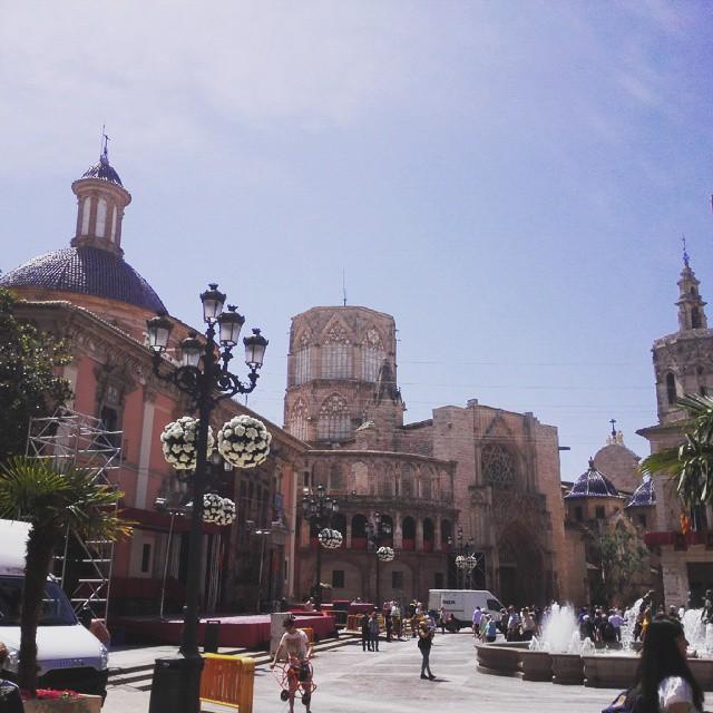 #Valencia se engalana para celebrar el día de la Geperudeta.  #virgendelosdesamparados #amparo #desamparados #igersvalencia #valenciagram #lovevalencia