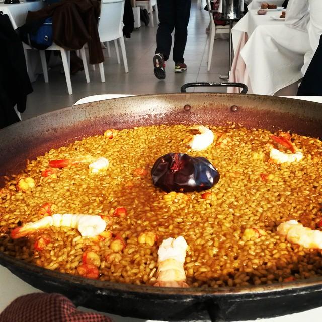 #paellasenyoret con #estudiantes de #Austria que vienen a nuestros #cursos de español.  Learn #speak spanish with #pickupvalencia eating#paella of seafood in front of #mediterranean sea#lovevalencia